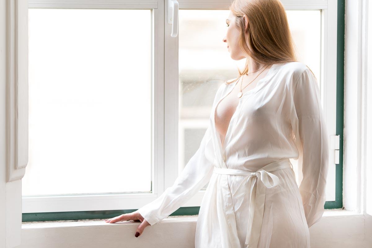 Mulher sensual e sexy à janela