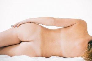 Fotografia de uma sessão fotográfica de nu artístico - Na imagem Uma mulher nua de costas